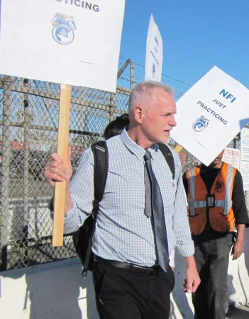 Dennis Richter, SWP candidate for Los Angeles City Council District 12, joins picket line of California Cartage workers who are fighting for a union, Nov. 5, 2018.