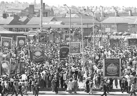 """Miembros del sindicato minero NUM y partidarios protestan en Nottinghamshire, mayo 1984, durante huelga que duró un año. Jim Spaul, un minero subterráneo por 36 años, fue reclutado al movimiento comunista internacional en base """"a las grandes cuestiones políticas""""."""