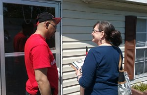 Donkinna Hightower, a skycap at Atlanta airport, speaks with SWP member Janice Lynn as she went door to door with Militant and revolutionary books in Jonesboro, Georgia.