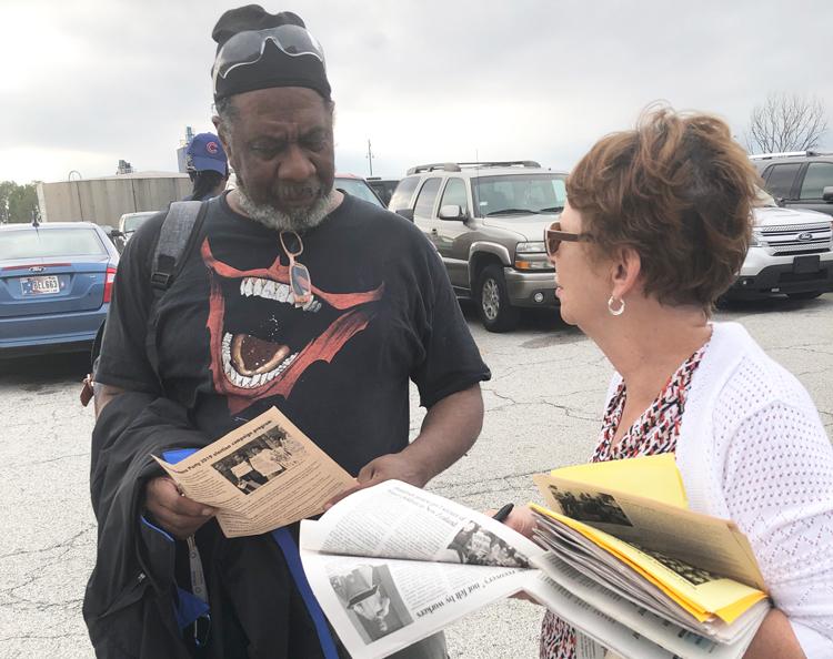 """Miembro del UAW Melvin Jennings habla con Alyson Kennedy, candidata presidencial del PST en 2016, frente a planta de la Ford en Chicago. Sobre la lucha de los mineros de Blackjewel por salarios robados por los patrones en Kentucky, Jennings dijo, """"Es justo lo que están haciendo""""."""
