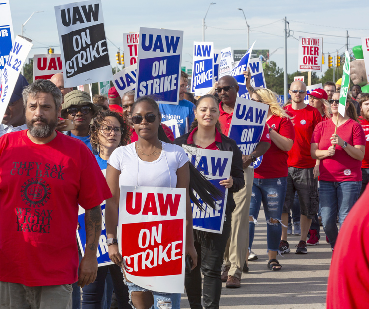 Autoworkers picket Detroit GM Hamtramck Assembly Plant, Sept. 25. Key issues are permanent status for temporary workers, end to divisive two-tier pay scale, reopen shuttered plants.