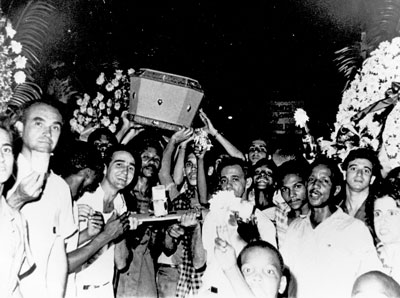 Coffins symbolizing U.S. firms nationalized by revolutionary government are carried by workers to be thrown in sea, Havana, August 1960. Expropriations strengthened expanding workers control of workplaces after 1959 revolution. SWP exists today, Waters said, thanks to Cuba's socialist revolution and party's course of action registered in its turn to industry.
