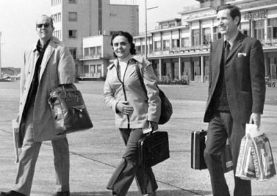 Alan Harris (der.), Connie Harris y Jack Barnes arriban en Bélgica a principios de años 70 para reunión de dirección de Cuarta Internacional. Harris sirvió en su órgano ejecutivo por 15 años.