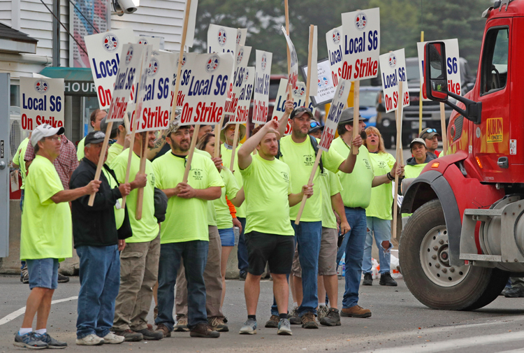 Shipbuilding workers on strike at Bath Iron Works in Maine June 22. Thousands of Machinists union members rejected company demands to contract out work, attack seniority, health care.