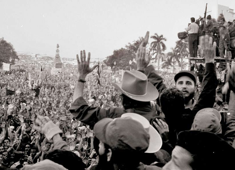 Acto de un millón de personas en La Habana el 21 de enero de 1959, demuestra apoyo a revolución con Fidel Castro (derecha, viendo a la cámara). En el transcurso de la revolución los trabajadores y agricultores se transformaron, tomaron control de su nación y su destino.