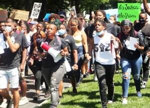 Más de 500 manifestantes protestan en el capitolio de Kentucky el 25 de junio para exigir que se presenten cargos contra policías que mataron a Breonna Taylor en su apartamento en marzo.