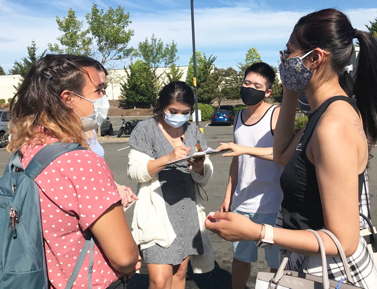 Gabby Prosser, left, gets signatures from five women at Walmart in Federal Way, Washington, to put SWP presidential ticket on ballot. Socialist Workers Party presents a fighting working-class program to build the union movement to defend our jobs, wages and working conditions.