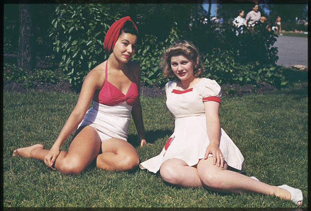 20 Color Photos Show Girls of Chicago in Swimsuits in the 1940s
