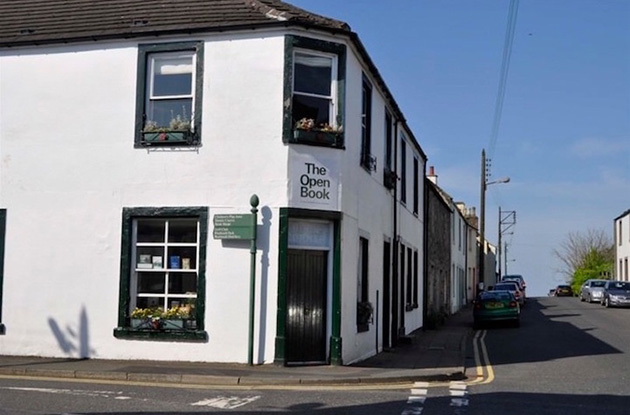 Guests Who Stay at This Scottish Apartment Take Turns Running the Bookshop Downstairs