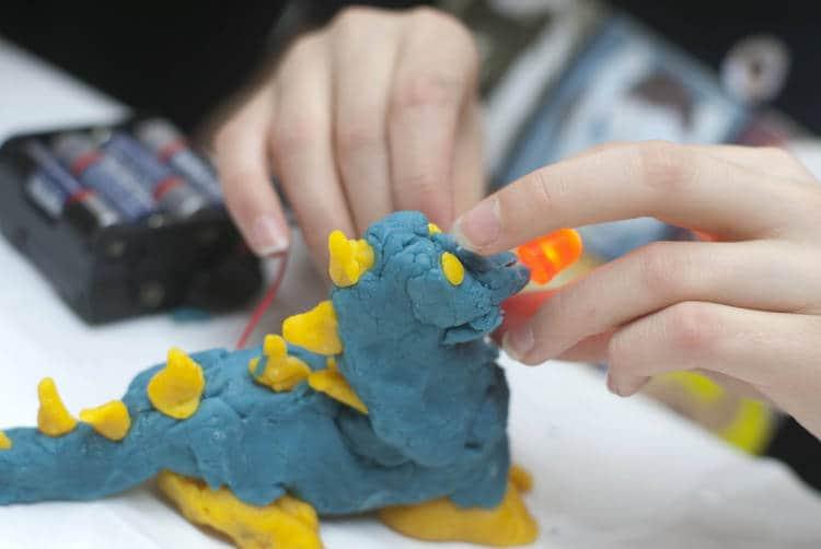 Adultos haciendo dinosaurios con Play-Doh: tómate un tiempo para ser feliz