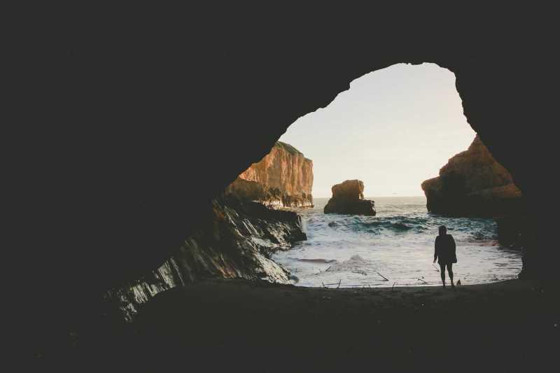 Mujer en cueva en la playa - Poemas de Ji Strangeway