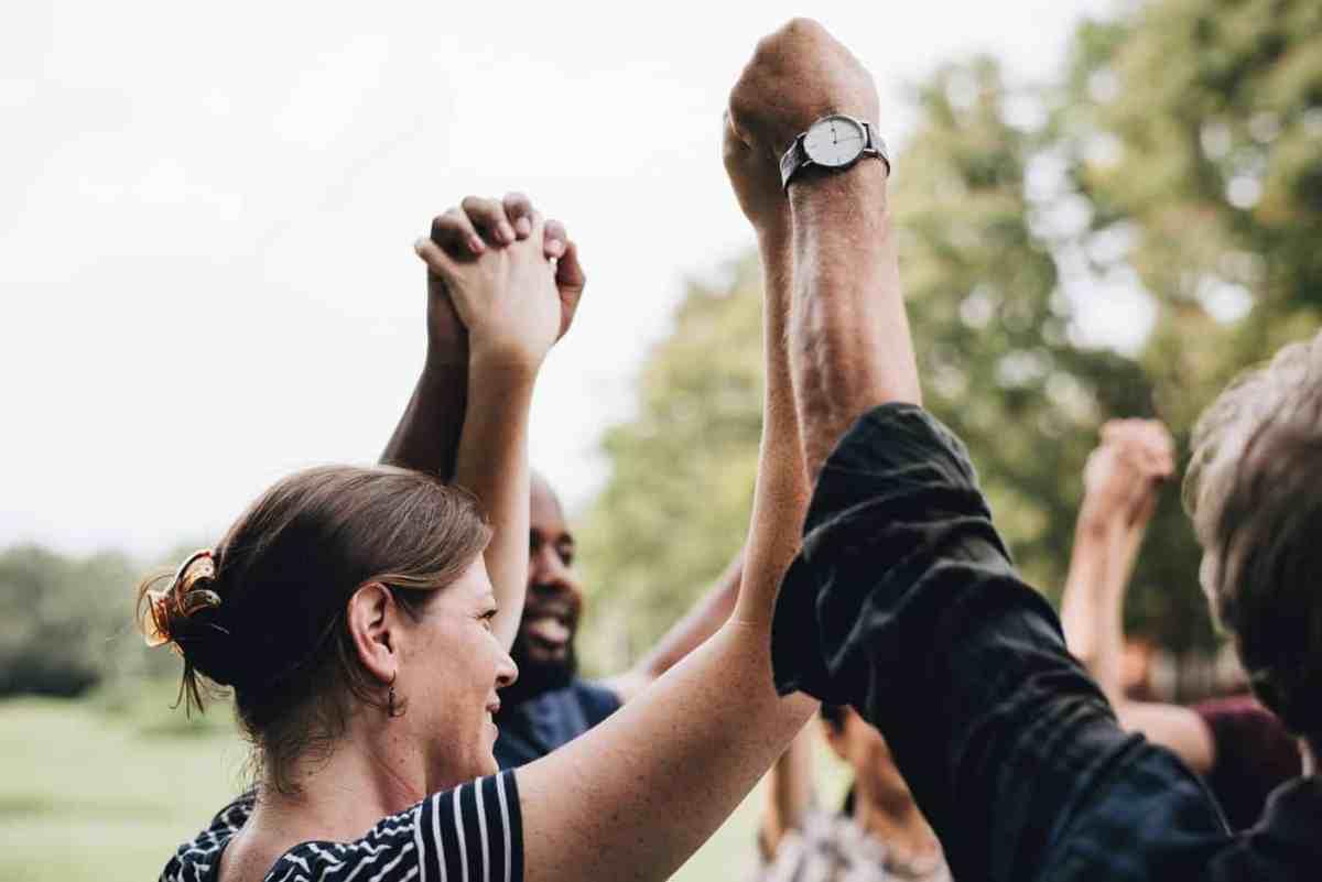 Personas sosteniendo y levantando las manos
