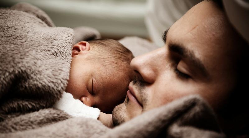 ruolo del papà - festa del papà - bambino dorme