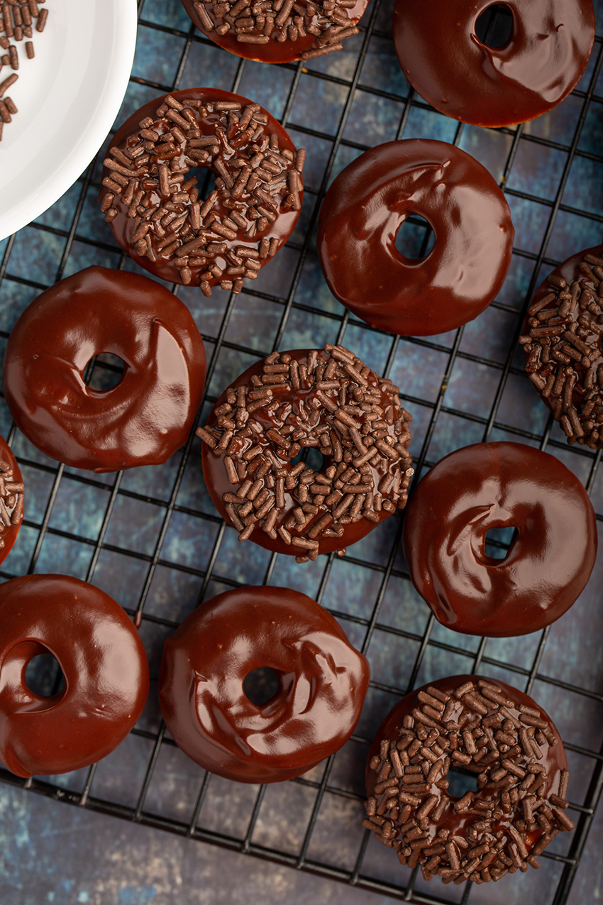 Mini Baked Pumpkin Cake Donuts with Chocolate Glaze #minidonut #bakeddonut #pumpkin #cinnamon #chocolate #breakfast #dessert #dessertrecipe #baking #fallrecipe | The Missing Lokness