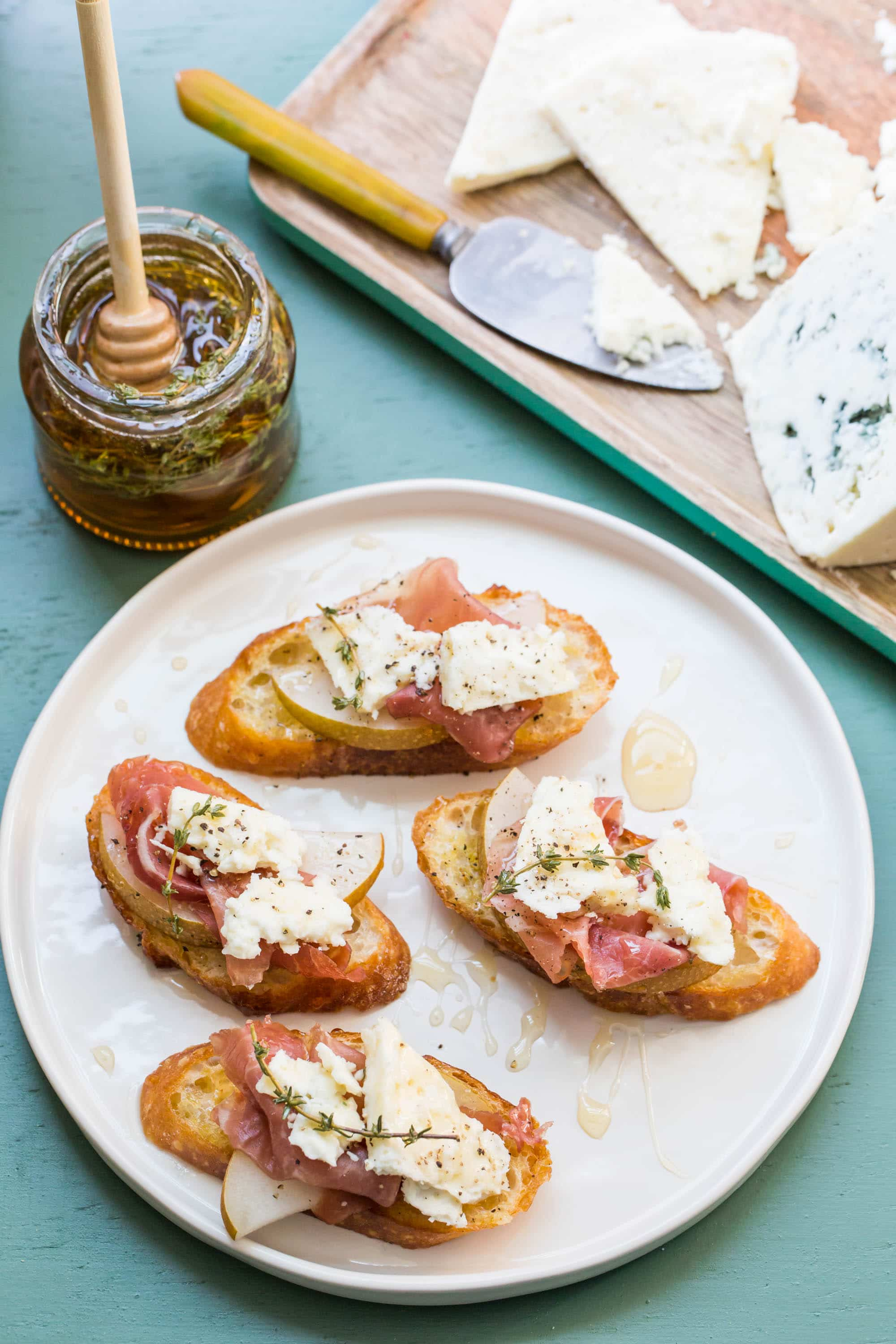 There is no better appetizer for parties than bruschetta and crostini. Both are pieces of toast with toppings, but what\'s the difference? #bruschetta #crostini #partyfood #fingerfood #appetizer