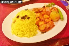Mourgh Tanoori (P392): Chicken fillet chunks cooked in spicy sauce served with biryani rice, tomatoes, and vegetables.
