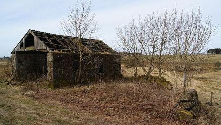 Jawhills Farm (ruin) Dilapidated barn and enclosure wall.