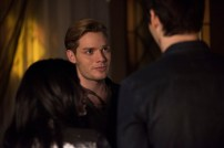 """SHADOWHUNTERS - """"Those of Demon Blood"""" - After several Shadowhunters are killed, The Institute turns to controversial methods to prevent a Downworlder uprising in ÒThose of Demon Blood,Ó an all-new episode of ÒShadowhuntersÓ airing Tuesday, June 19 (8:00 - 9:00 PM ET/PT). (Freeform/John Medland) EMERAUDE TOUBIA, DOMINIC SHERWOOD, MATTHEW DADDARIO"""