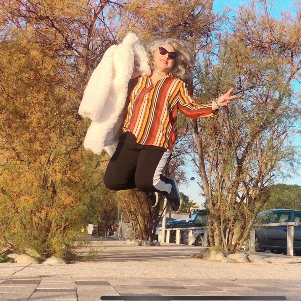 50 ans, noel, blanche porte, teambeautesmajuscules, jennyfer, chemisier rayé, look, quinqua, tendances, mouton, au boulot, idee look, Fashion, Mode, manteau mouton, caniche, antibes