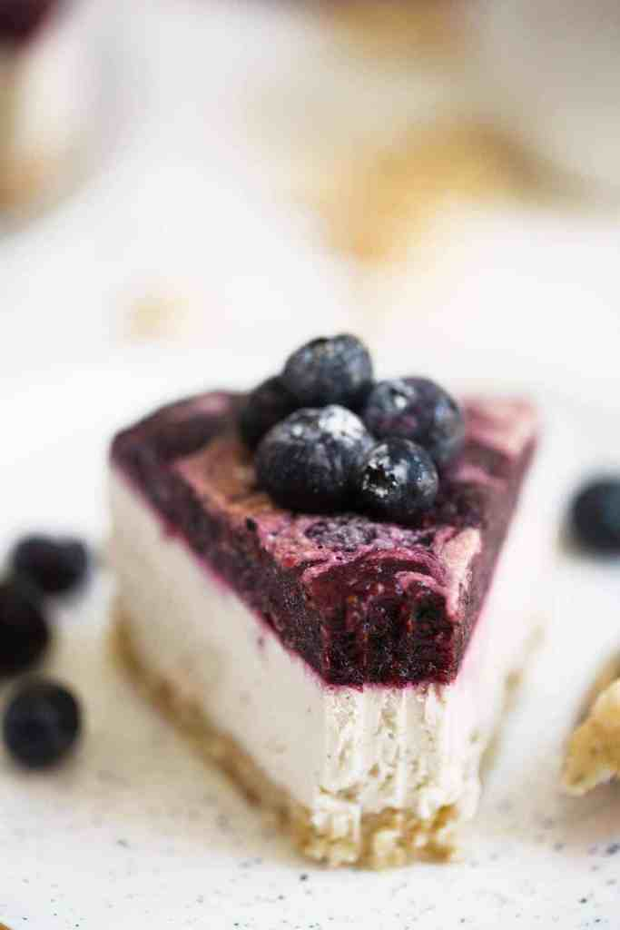 Easy Vegan Blueberry Cheesecake that is easy to make and is so delicious with a creamy cashew center. This vegan cheesecake is also gluten free and paleo. #vegancheesecake #vegandesserts #paleovegan #paleocheesecake #cheesecake via @themovementmenu