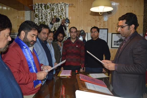 PC's Irfan Ansari files nomination papers for Srinagar constituency