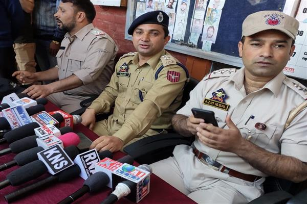 Sopore police arrests gang involved in looting