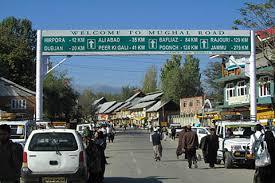 Traffic suspnded on Mughal road after landslides