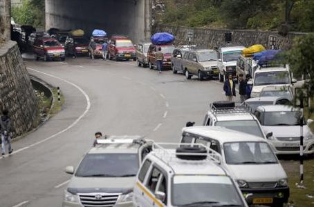 Highway reopens; trucks laden with items reach Srinagar