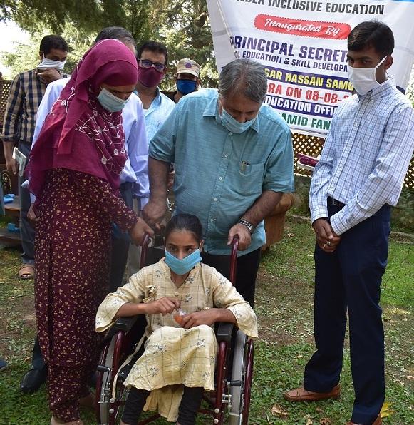 Asgar Samoon visits Kupwara, reviews functioning of Education Department