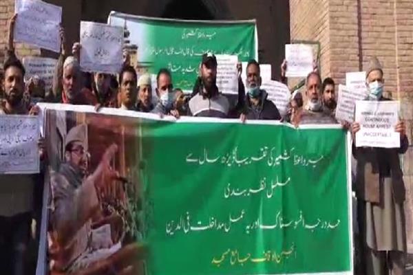 Anjuman-e-Auqaf stages peaceful Protest post Friday Prayers outside Jamia Masjid