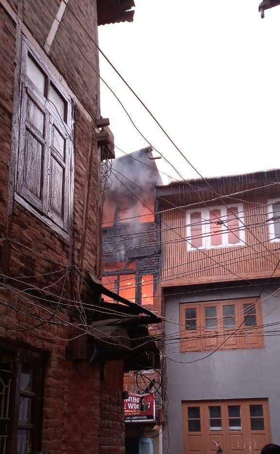 Fire brokes out in Kani Mazar area of Nawa Kadal