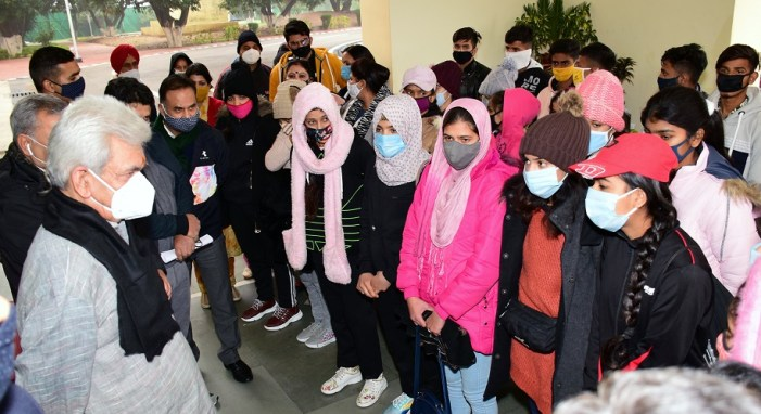 Lt Governor flags off Girls Contingent for 15 day Ski Course & Training at Gulmarg