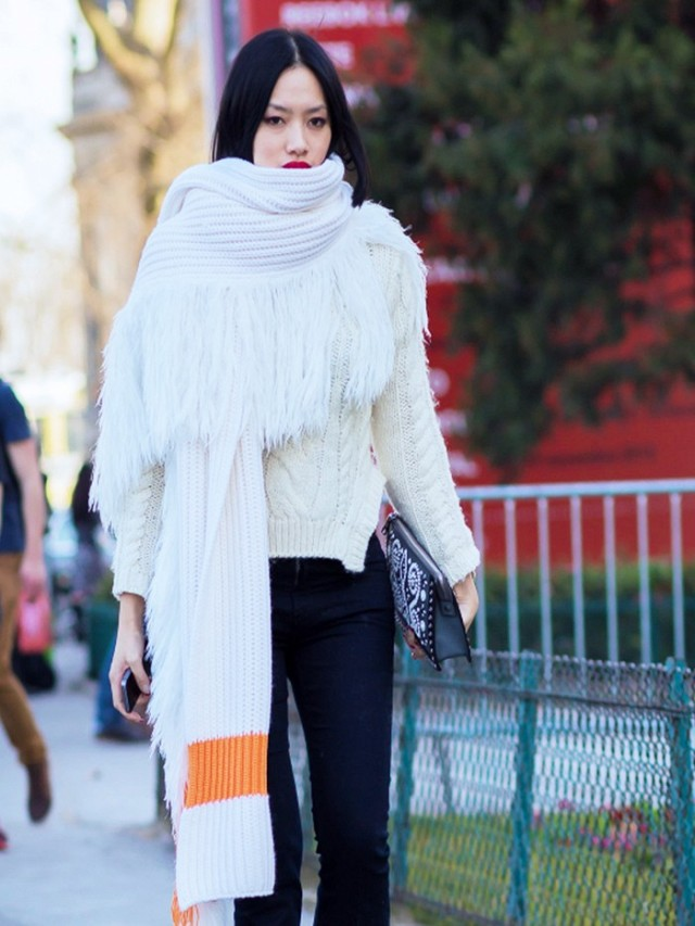 now-trending-the-supersized-scarf-1528248-1447944119.640x0c