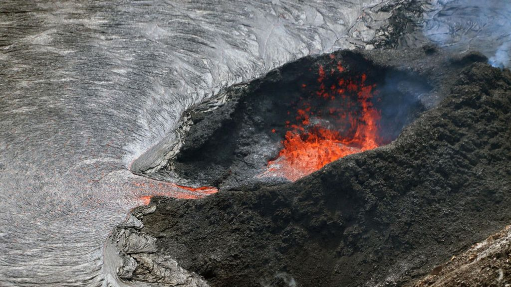 Fountaining activity on Sunday, October 17, at the west vent in Halema'uma'u crater, at the summit of Kīlauea. (USGS, M. Patrick./Zenger)