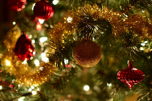 7 Tips to Deck the Hall for Less This Season