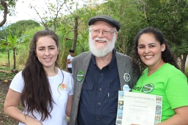 Aráuz sisters with John Jeavons of Eco Action at the Demonstation garden in Corozo, Nicaragua