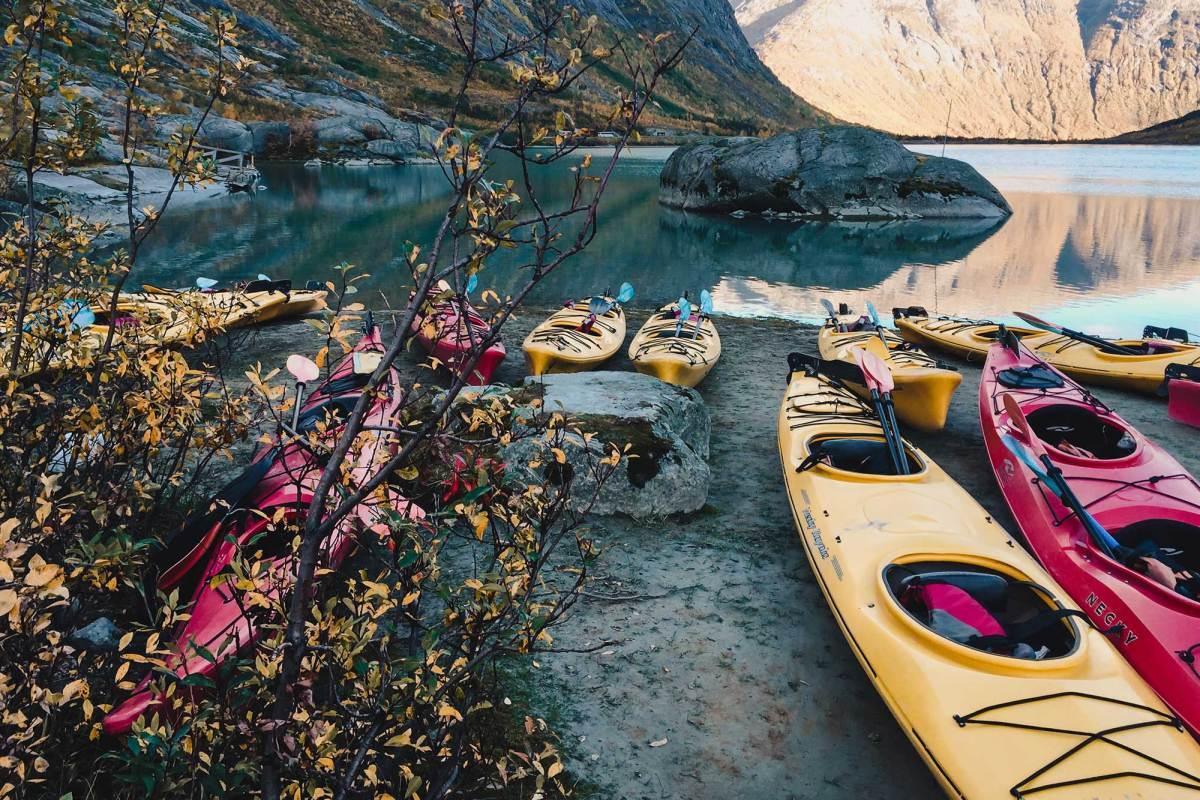 Kanoën op het gletsjermeer Noorwegen