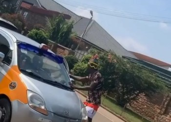 Shatta Wale Gets Down From His Range Rover to gift taxi driver money