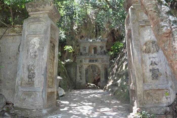 Puerta de la cueva Huyen Khong (Viaje a Hoi An en coche con chófer)