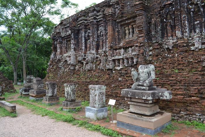 Estatuas y altares en el yacimiento de My Son en Hoi An
