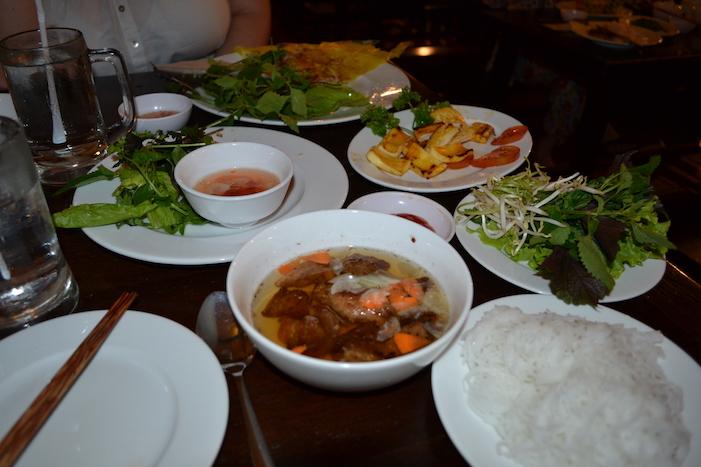 Comida en el restaurante Quan An Ngon en Hanoi