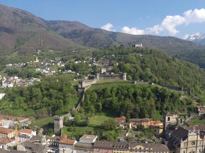 Vistas de los castillos Montebello y Castilgrande en Bellinzona