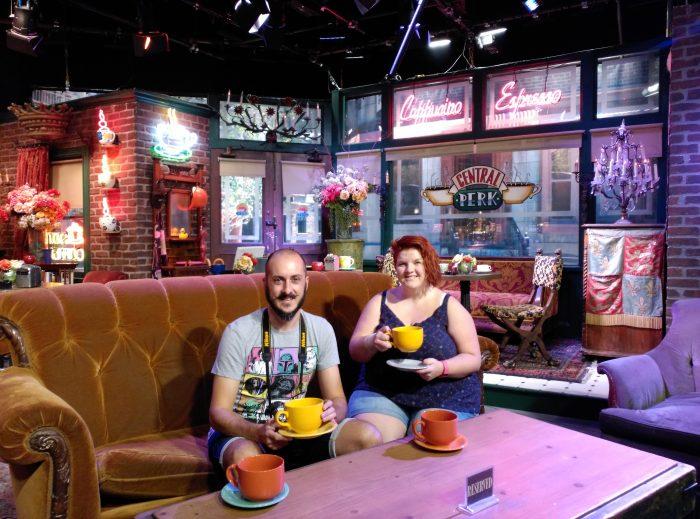 David y Noe en cafetería Friends