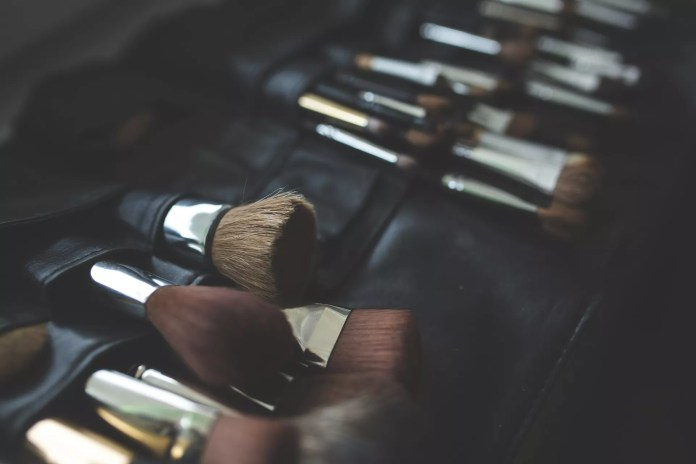 cleaning makeup brushes - 3 simple & easy ways