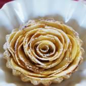 an apple rose tart