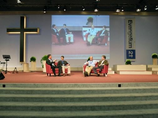 Podiumsgespräch am Donnerstagabend. Von links nach rechts die Pastoren: Matthias Lohmann, Michael Lawrence, Martin Reakes-Williams und Vaughan Roberts.