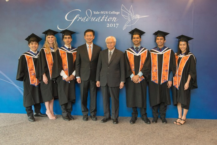 Minister Ong Ye Kung, President Tony Tan pose with students the Yale-NUS inaugural graduation.