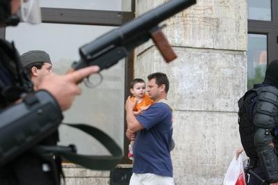 copil cu parintele sau incercand sa scape de parada si de ciocnirile violente ce au survenit pe timpul acesteiparade