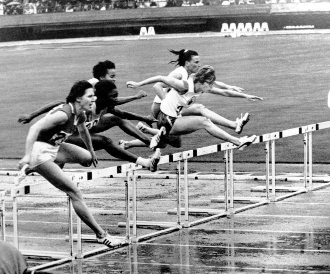 Canada's Marion Snider (right foreground) competes in an athletics event at the 1964 Tokyo Olympics. (CP Photo/COC) Marion Snider du Canada (à droite) participe à une épreuve d'athlétisme aux Jeux olympiques de Tokyo de 1964. (Photo PC/AOC)