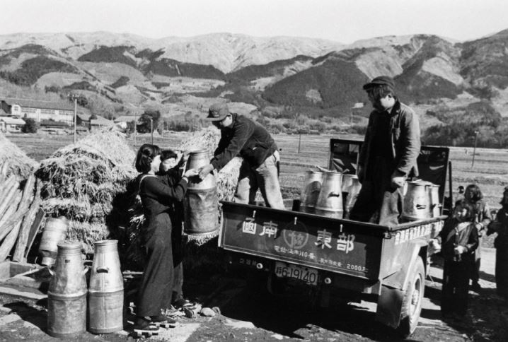 Distirbution of Milk Containers 1955_Mainichi Photo Gallery